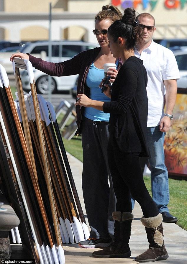 Sok információt gyűjtött a képekről, mielőtt döntött volna: Britney hosszan beszélgetett a képek festőjével.