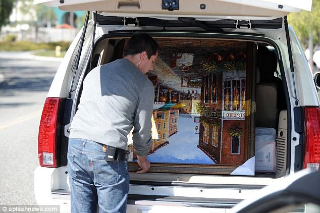 Csak óvatosan: Britney testőre tette be az értékes művészeti alkotást a kocsi hátuljába.