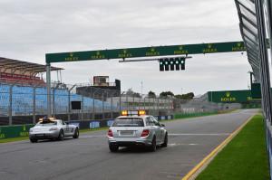 Lassan minden kész: a biztonsági és orvosi autó is készül a gyakorlásra (c) Sutton Images