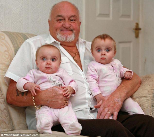 Legidősebb brit apuka, akinek ikrei születtek:  Nem hisznek neki, mikor kijavítja az embereket, hogy ő nem a nagypapa, hanem az apuka.