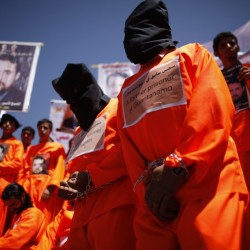 Ex-fogvatartottak tüntetnek a rabok felszabadításáért a jemeni amerikai külképviselet előtt április 16-án