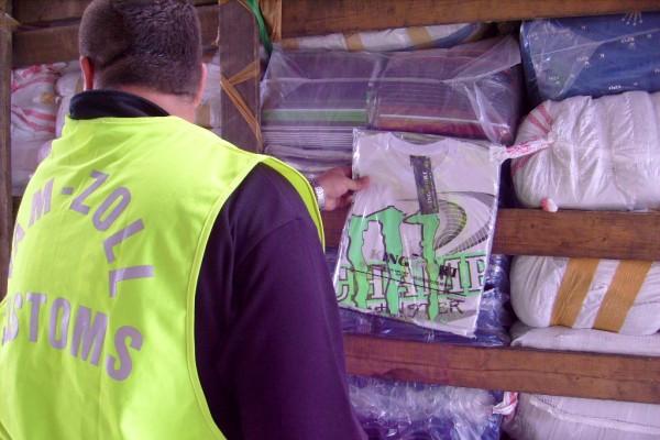 bab19653c6 Hamis márkajelzésű ruhákat foglaltak le Gyulánál
