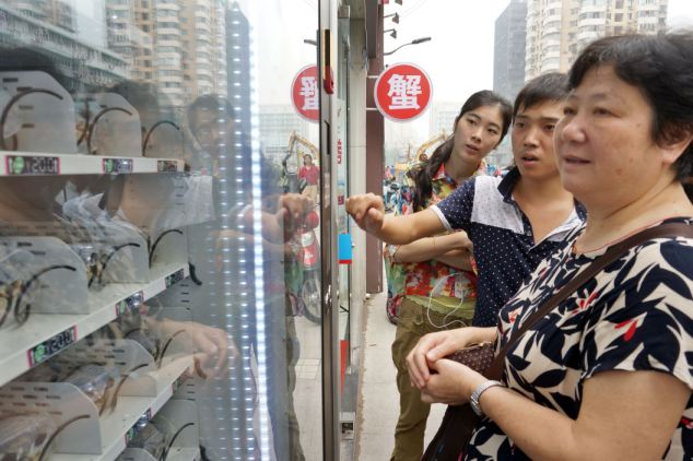 Vending machine sells live crabs, Hangzhou, Zhejiang province, China - 12 Sep 2013