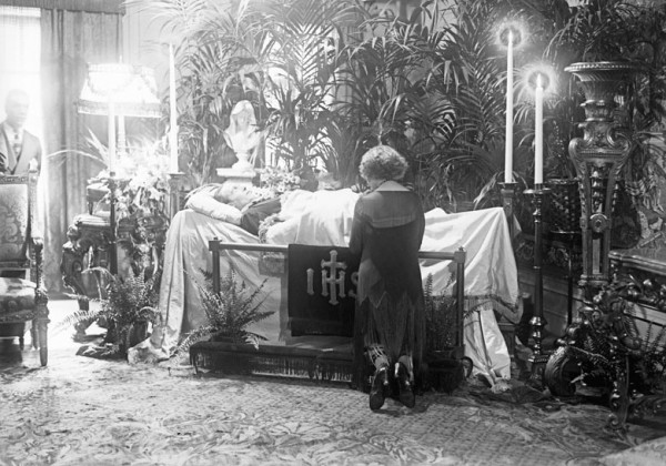 Funeral Of Rudolph Valentino