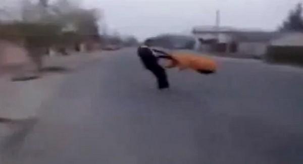 0f9e0f7048 Sokkoló videó! Idős nénit reptetnek a fiatalok!