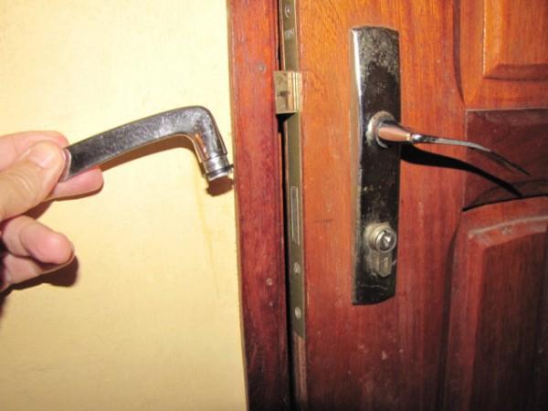 179-broken-door-handle