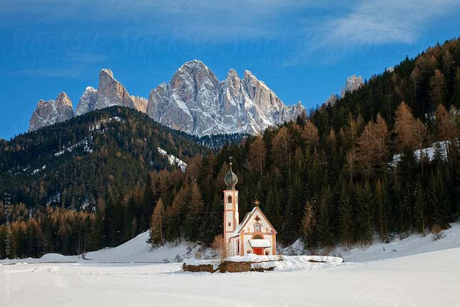 Winter landscape of St Johann Church in Ranui in Villnoss,, Geisler Spitzen (3060m), Val di Funes, Dolomites mountains, Trentino-Alto Adige, South Tirol (Tyrol), Italy, Europe