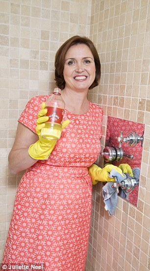 22E7F1A900000578-2841444-Polished_Vinegar_worked_a_treat_on_the_shower-110_1416436905739