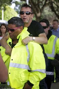 Phil Rudd a biztonsági őr hátán