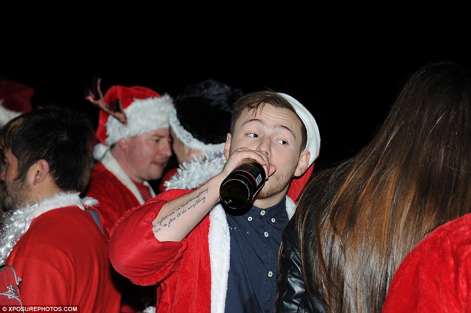 23D3905900000578-2864203-Down_it_goes_A_tattooed_man_drinks_from_a_bottle_during_SantaCon-a-104_1417952114270