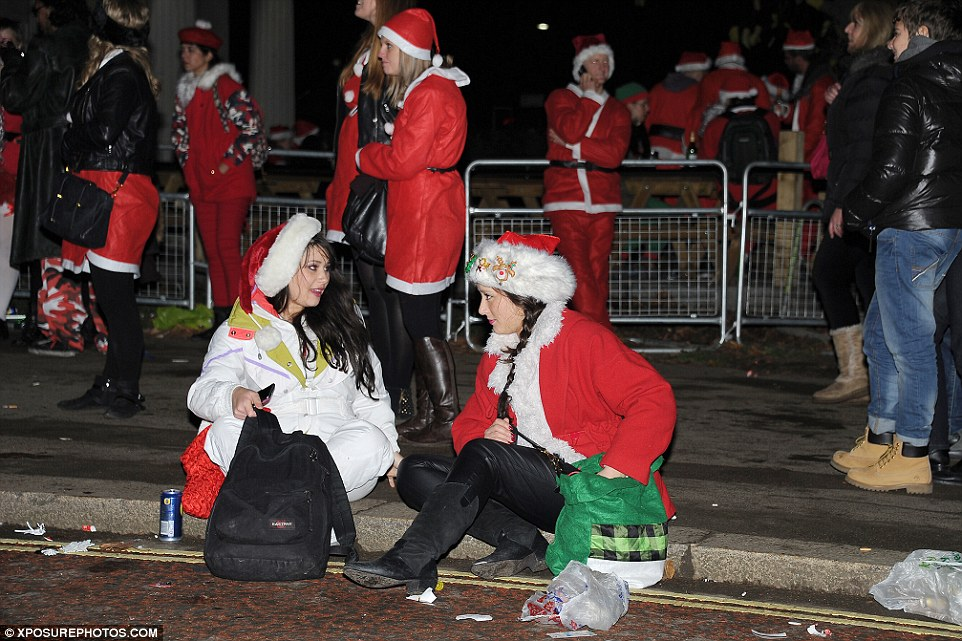 23D390ED00000578-0-Chatting_The_Santas_set_off_at_three_different_meeting_points_ac-a-64_1417949455272