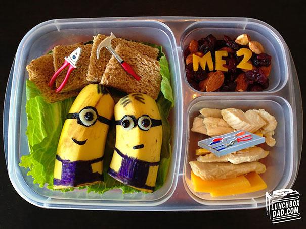 Az apuka, aki kreatív szendvicseket készít a gyerekeinek az iskolába.