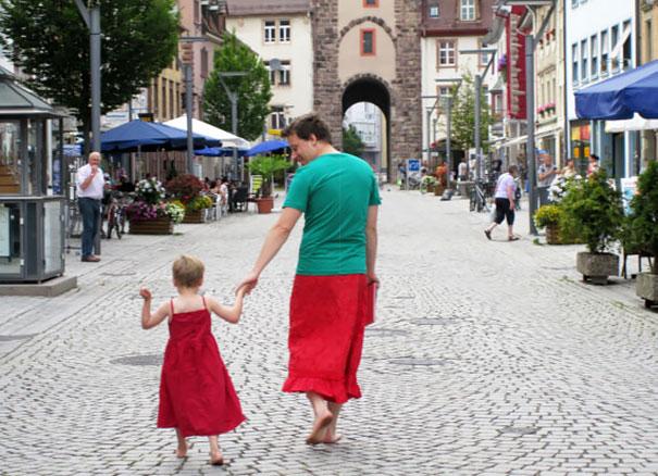 Az apuka szoknyát visel, hogy fia ne érezze magát rosszul ruhában.