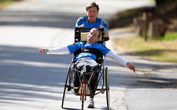 Apa és fia, akik rengeteg sportversenyen vettek részt közösen. Még maratonon is.