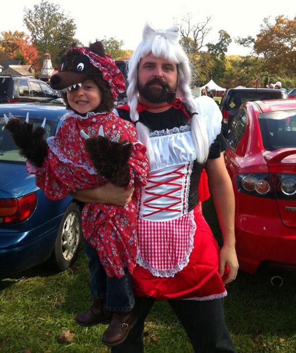 Az apuka, aki Piroskának öltözött, mert a kislánya farkas akart lenni.