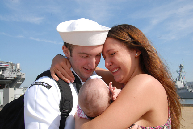 Sailor-Roberto-Valentine-meets-his-infant-daughter.