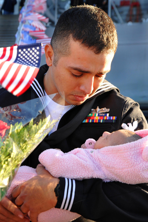 Sailor-Stuardo-Juarez-meets-his-infant-daughter.