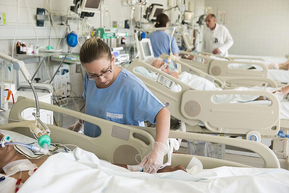 Nyíregyháza, 2015. május 12. Újvári Mónika ápoló ellenőrzi egy beteg branüljét a Jósa András Kórház sebészeti intenzív osztályán, Nyíregyházán 2015. május 12-én. Ezen a napon van az ápolók nemzetközi napja. MTI Fotó: Balázs Attila