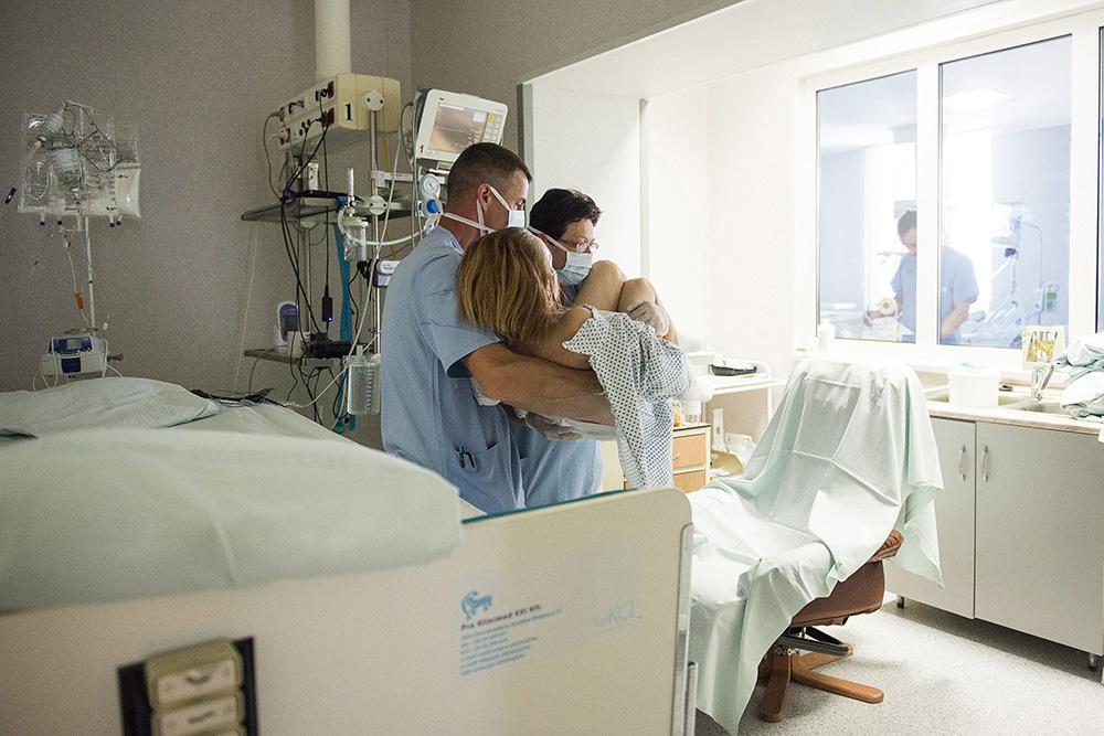 Nyíregyháza, 2015. május 12. Csordás Tamás szakápoló (b) és Berki Anna főnővér kiültet egy beteget a Jósa András Kórház aneszteziológiai és intenzív terápiás osztályán Nyíregyházán 2015. május 12-én. Ezen a napon van az ápolók nemzetközi napja. MTI Fotó: Balázs Attila