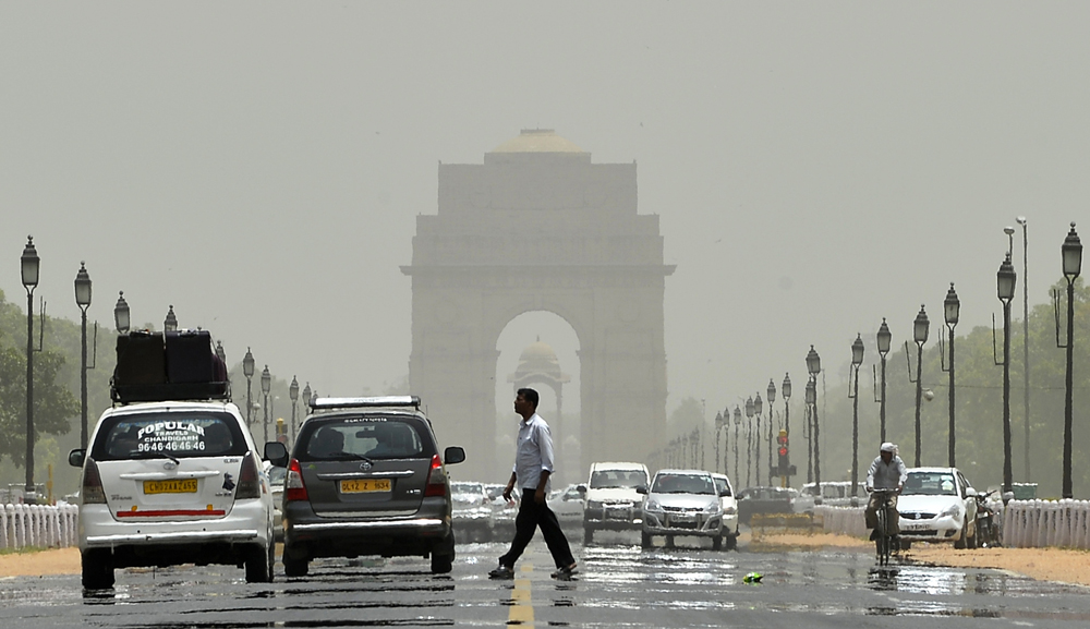 A mirage shimmers over Raphath leading to India Gate in New Delhi on May 28, 2015.   More than 1,100 people have died in a blistering heatwave sweeping India, authorities said, as forecasters warned searing temperatures would continue. AFP PHOTO / Chandan KHANNA