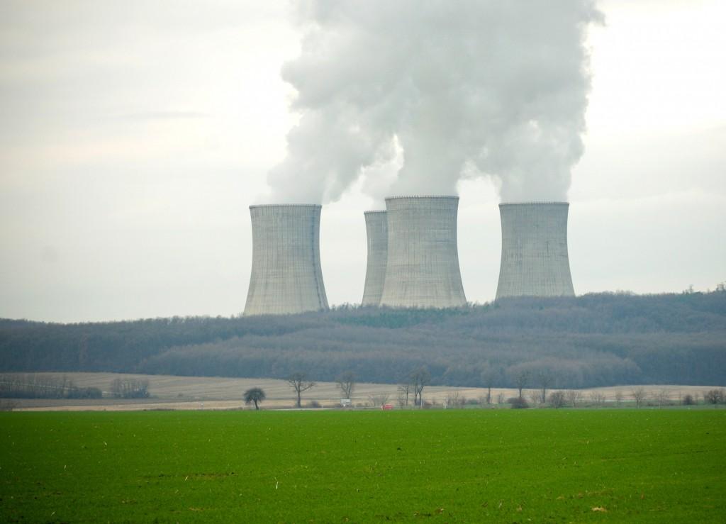 ILUSTRAÈNÁ SNÍMKA Atómové elektrárne Mochovce (na snímke z 25. novembra) sú jadrové elektrárne, ktoré ležia na mieste rovnomennej bývalej obce medzi mestami Nitra a Levice.  Nitra, 2. december 2010. Foto: SITA/Martin Havran