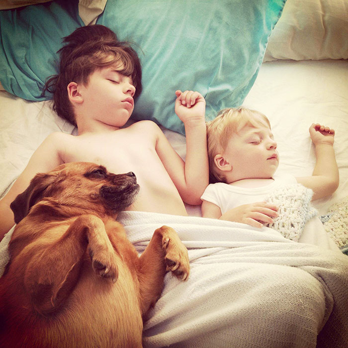 kids-with-dogs-53__700