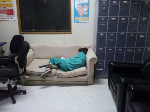 medical-resident-sleeping-overworked-doctors-mexico-yo-tambien-mi-dormi-16