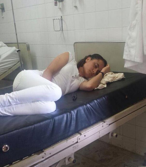 medical-resident-sleeping-overworked-doctors-mexico-yo-tambien-mi-dormi-52__605