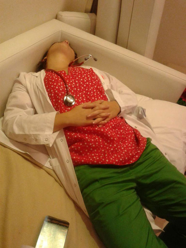 medical-resident-sleeping-overworked-doctors-mexico-yo-tambien-mi-dormi-9