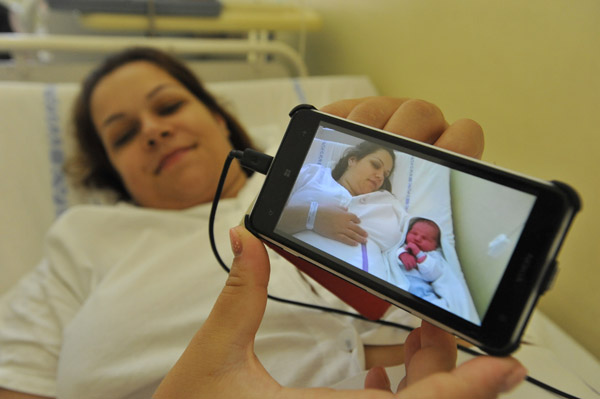 Szeged – 5590 grammal született Gäfl Gergő, édesanyja Csáki Anita Balástyáról érkezett a Női klinikára, ahol császármetszéssel született a kisfia.Fotó: Karnok Csaba