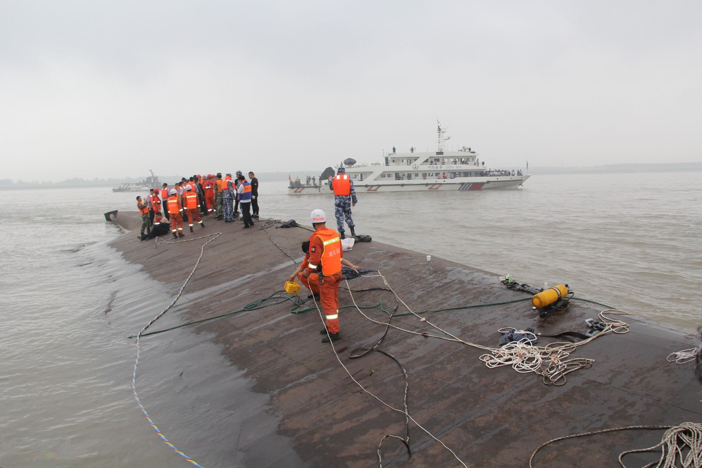 JINGZHOU, CHINA - JUNE 02:  (CHINA OUT) Rescuers search for survivors from the capsized ship Dongfangzhixing in the Yangtze River on June 2, 2015 in Jingzhou, China.<div class='article-ad'><script src=