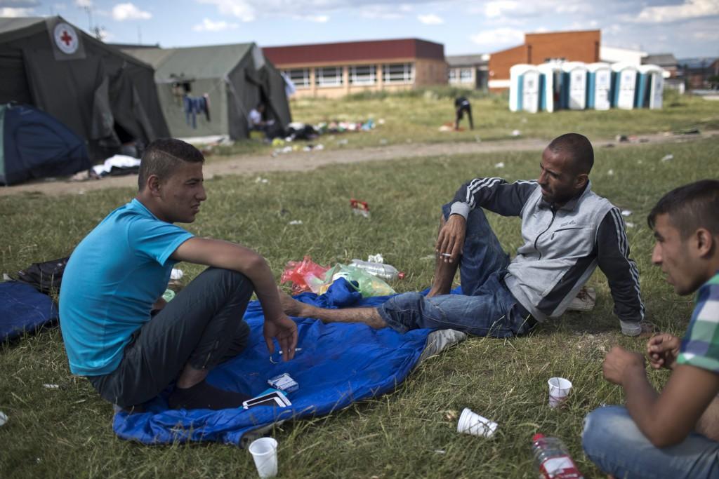 Presevo, 2015. június 23. Szíriai menekültek a macedón és koszovói határ közelében fekvõ Presevo egyik parkjában 2015. június 22-én. (MTI/AP/Marko Drobnjakovic)