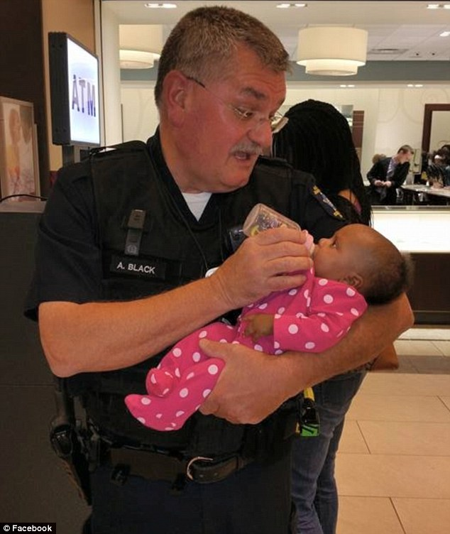 2974C89000000578-3115904-This_is_the_heartwarming_moment_police_officer_Andy_Black_helped-m-101_1433792415922