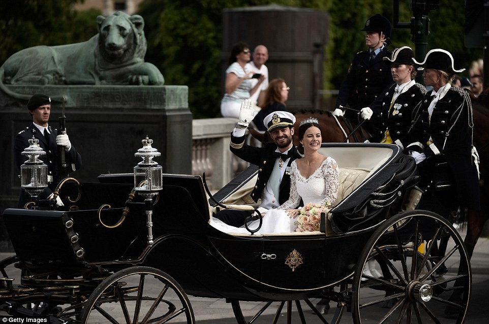 29979D7F00000578-3122810-Sharing_the_moment_Prince_Carl_Philip_of_Sweden_and_his_wife_in_-a-11_1434256864144