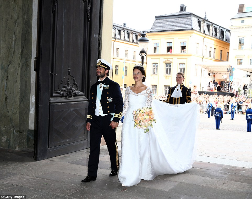 2997BA6E00000578-3122810-Breathtaking_Prince_Carl_Philip_and_his_beautiful_bride_Princess-a-15_1434256864803