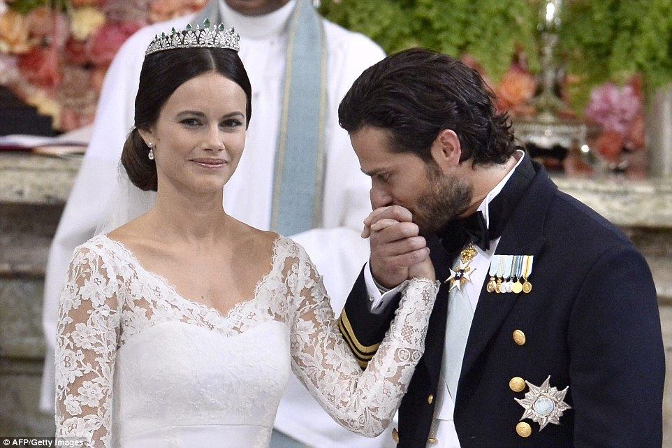 2997EC3900000578-3122810-Tender_Overwhelmed_with_emotion_Prince_Carl_Philip_kissed_his_br-a-13_1434256864539