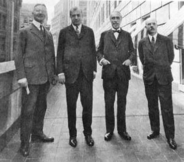 Schacht, Benjamin Strong, a New York Fed akkori elnöke, Montague Norman és Charles Rist, a Francia Nemzeti Bank elnöke a New York Fed előtt 1927-ben