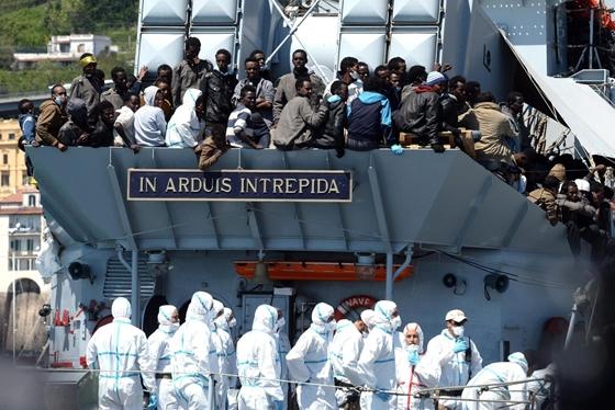Olaszországban a partra szálló menekültek