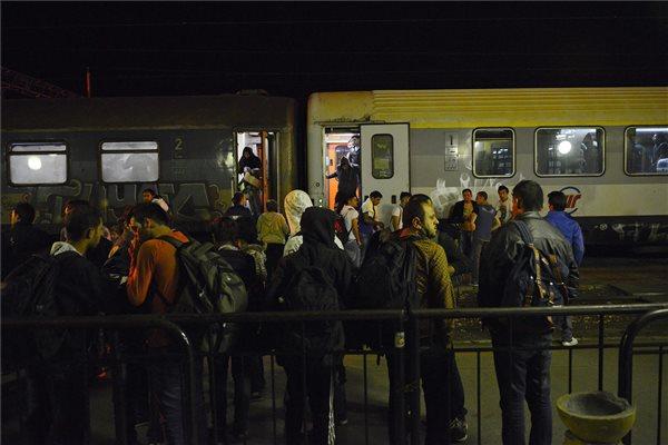 Illegális bevándorlók szállnak fel a vonatra Szabadkán