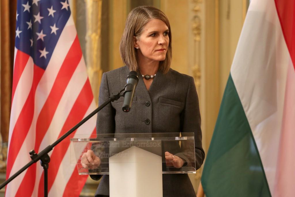 Colleen Bell új amerikai nagykövet és Balog Zoltán, az Emberi Erőforrások minisztere írnak alá szerződést az EMMI épületében 2015 február 3-án
