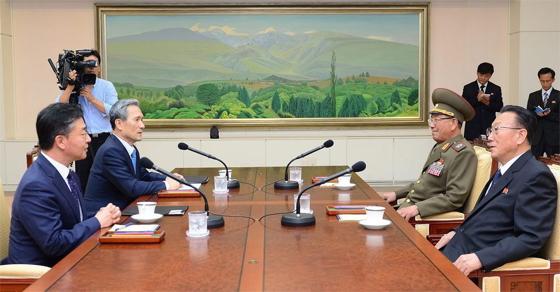 Panmindzson, 2015. augusztus 22. A dél-koreai egyesítési minisztérium által közreadott képen Kim Kvan Dzsin dél-koreai védelmi miniszter (b2) és Hong Jo Pjo dél-koreai egyesítési miniszter (b) tárgyal Hvang Pjong Szóval, az észak-koreai Nemzeti Védelmi Bizottság alelnökével (j2) és Kim Jang Konnal, Észak-Koreának a két Korea közötti ügyekért felelõs biztosával (j), a két Koreát elválasztó panmindzsoni demilitarizált övezetben 2015. augusztus 22-én, egy nappal azután, hogy Kim Dzsong Un elsõ számú észak-koreai vezetõ, a Koreai Munkapárt elsõ titkára ezen a napon teljes harckészültségbe helyezte a két Korea határának térségében állomásozó fegyveres erõket. (MTI/EPA/Dél-koreai egyesítési minisztérium/Yonhap)