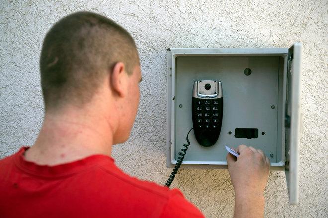 Jelenleg a magyarországi börtönökben ilyen speciális telefont használhatnak a fogvatartottak