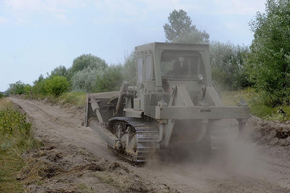 Ásotthalom, 2015. július 29. A honvédség lánctalpas földmunkagépe egy földúton Mórahalom és Ásotthalom között néhány méterre a magyar-szerb határtól 2015. július 29-én. MTI Fotó: Kelemen Zoltán Gergely