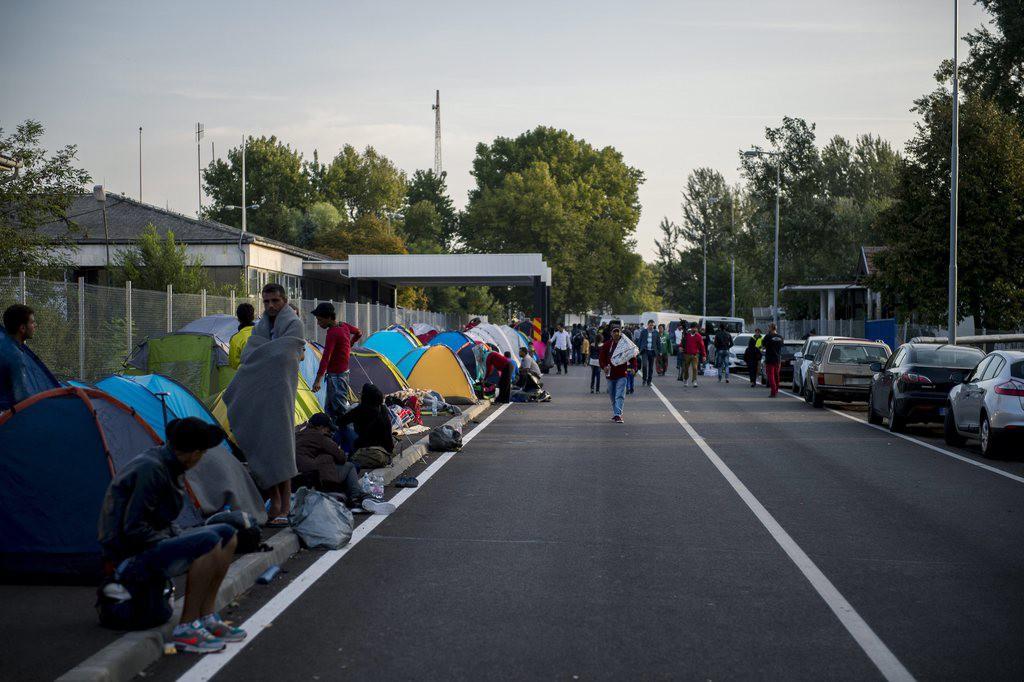 Horgos, 2015.szeptember 15.Illegális bevándorlók a régi Horgos-Röszke határátkelõhelynél, a magyar-szerb határ szerbiai oldalán 2015.szeptember 15-én.Ezen a napon hatályba léptek a migrációs helyzet miatti új szabályozások.MTI Fotó: Sóki Tamás