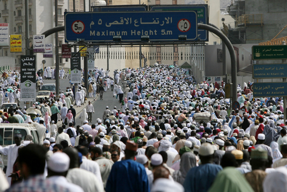 Hundreds of thousands of Muslim pilgrims crowd the roads leading to the entrances of Mecca's Grand Mosque as they head to Islam's holiest site to perform the Friday noon prayer on November 20, 2009. Some 2.5 million Muslims from more than 160 countries converge annually on the Islamic holy cities of Mecca and Medina in western Saudi Arabia for the hajj pilgrimage.  AFP PHOTO/MAHMUD HAMS