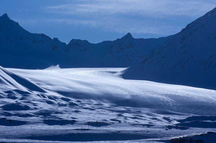 """ARCHIV - Ein Gletscher ist am 09.04.2015 in der Nähe der Forschungsstation Kings Bay in Ny-Ålesund auf Spitzbergen (Norwegen) zu sehen. Ab dem 24.04.2015 kommen die Minister des Arktischen Rates zu ihrem alle zwei Jahre stattfindenden Treffen im nordkanadischen Iqaluit zusammen. Foto: Jens Büttner/dpa (zu dpa """"Vor dem Ministertreffen des Arktischen Rates"""" vom 23.04.2015) +++(c) dpa - Bildfunk+++"""