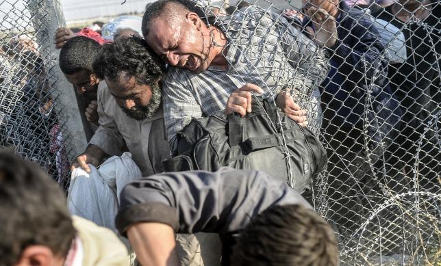 Kétségbeesett szír menekültek törnek át a török határzáron