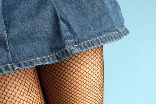 Damenmode-Minirock-und-Netzstrumpfhose
