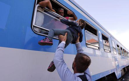 Bevándorlók a horvátországi Pélmonostor vasútállomáson