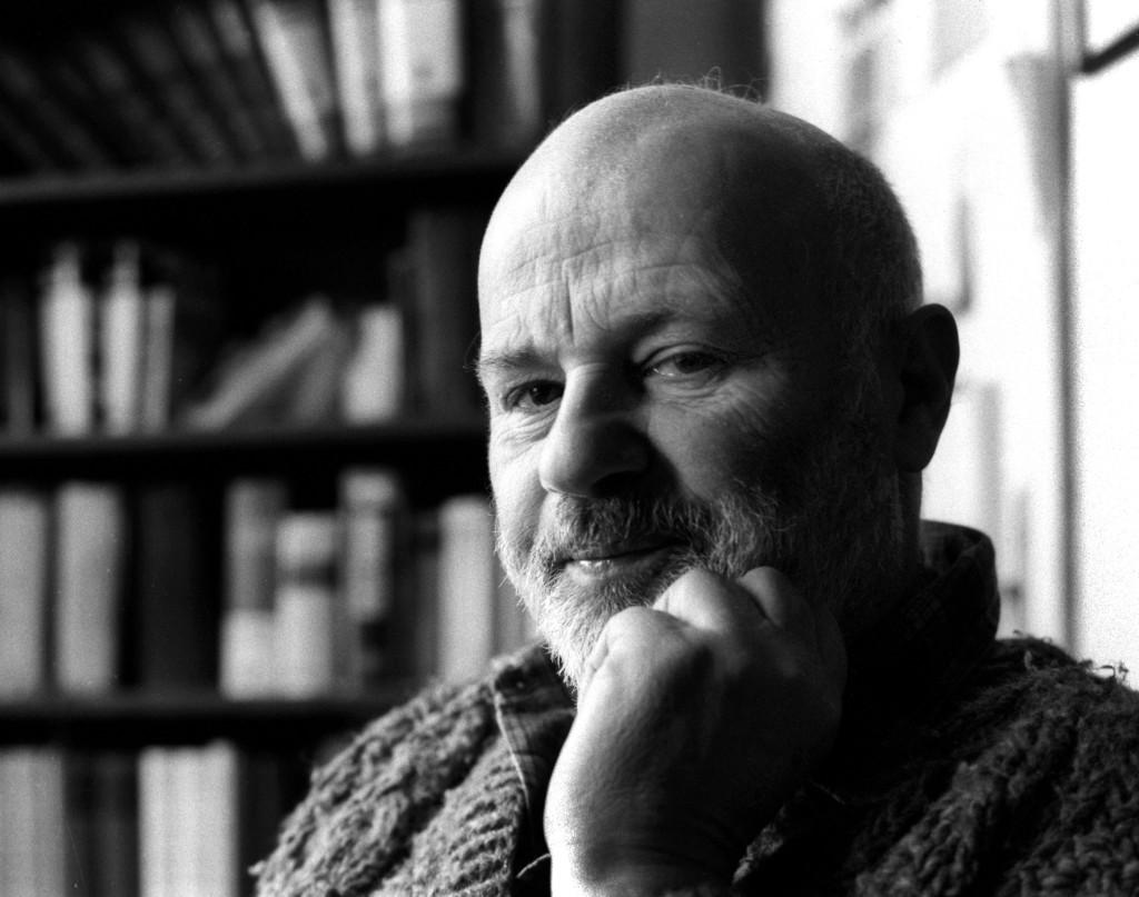 Budapest, 1991. február 14. Eörsi István író, költõ otthonában, könyvtára elõtt. MTI Fotó